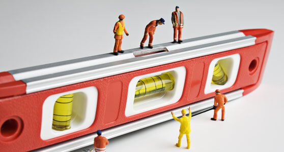 Operarios de juguete sobre una regla representando la compeljidad de medir BIG DATA