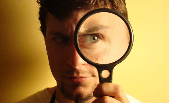 persona mirando con el ojo aumentado con una lupa