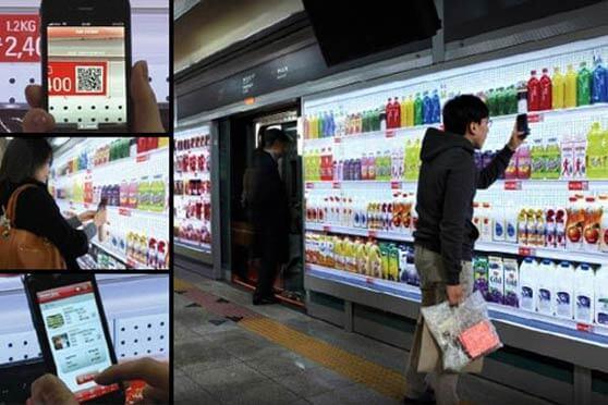Persona usando el app de Home Plus Marca de Tesco en el metro de Corea del Sur