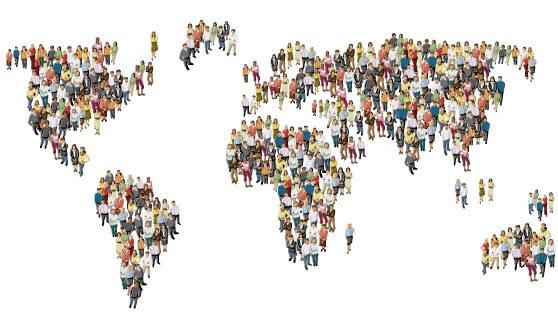 Mapa del mundo formado por dibujos digitales de personas con fondo blanco