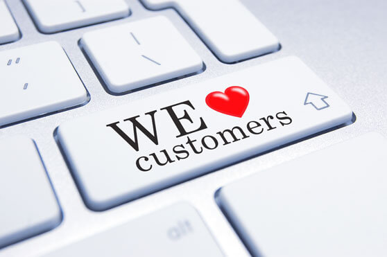 teclado de ordenador con el lema we love customers