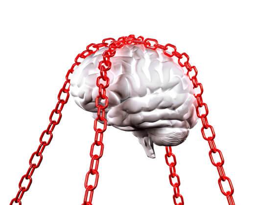 mind branding cerebro blanco encadenado con cadenas rojas