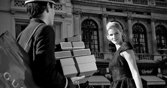 mujer elegante en b/n con botones llevándola las compras