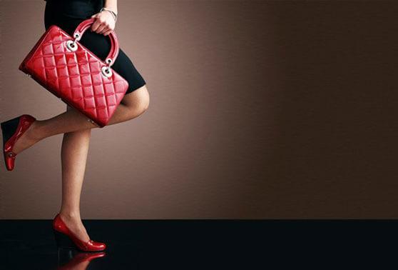 zapatos rojos y bolso rojo de lujo
