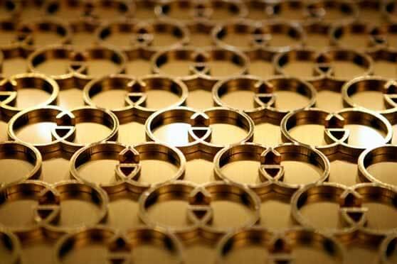 patrón logo Gucci en metal dorado