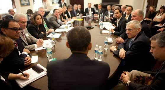 Obama de espaldas en una reunión