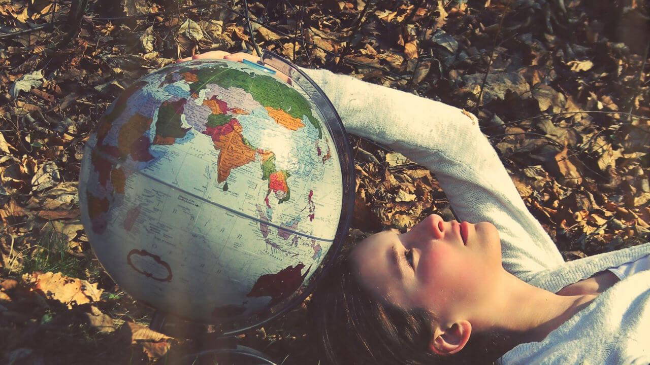 niña con bola del mundo