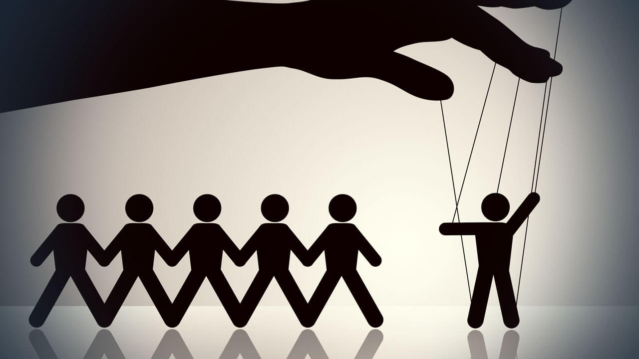 la mano que mueve los hilos de las personas como marionetas