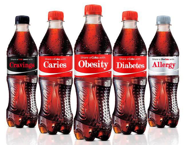 Botellas de Coca Cola con algunos de los nombres de las enfermedades que provoca