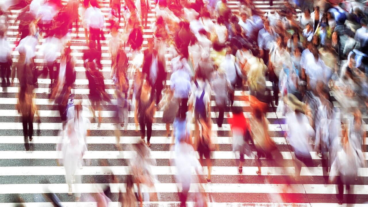Personas cruzando un paso de cebra difuminadas