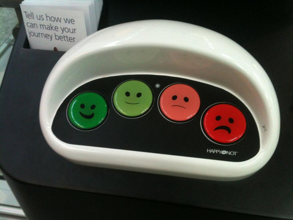 smileys para calificar la experiencia de cliente en un aeropuerto