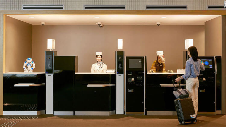 Robot, ginoide y dinosaurio recepcionistas henna hotel Sasebo Japon