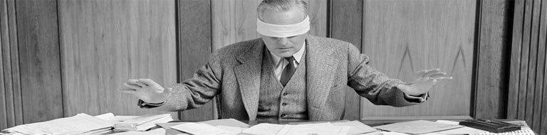 ejecutivo con los ojos vendados que no sabe nada sobre toma de decisiones